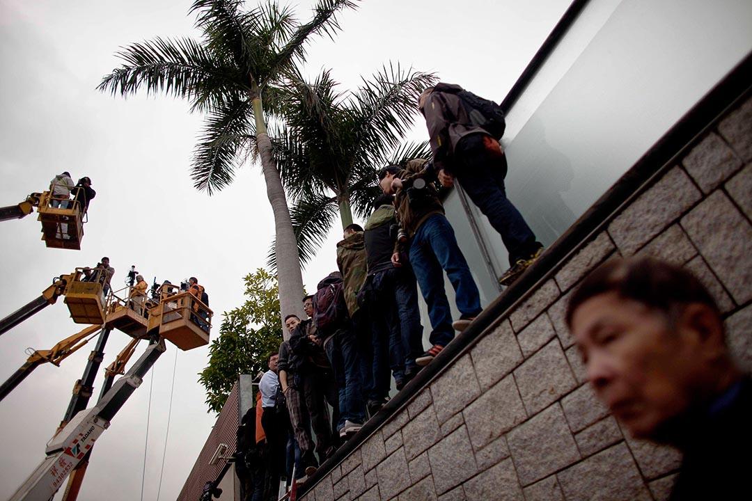 唐英年大宅僭建風波,傳媒使用升降台爭相拍攝。
