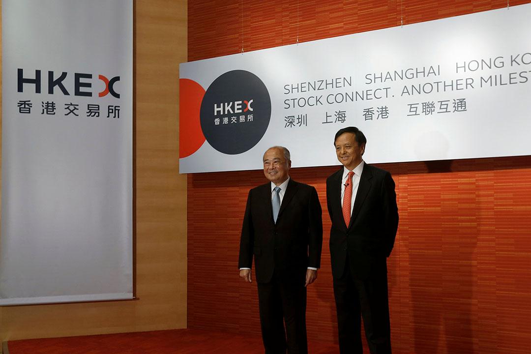 港交所主席周松崗(左)及行政總裁李小加(右)召開記者會簡介深港通開通安排。