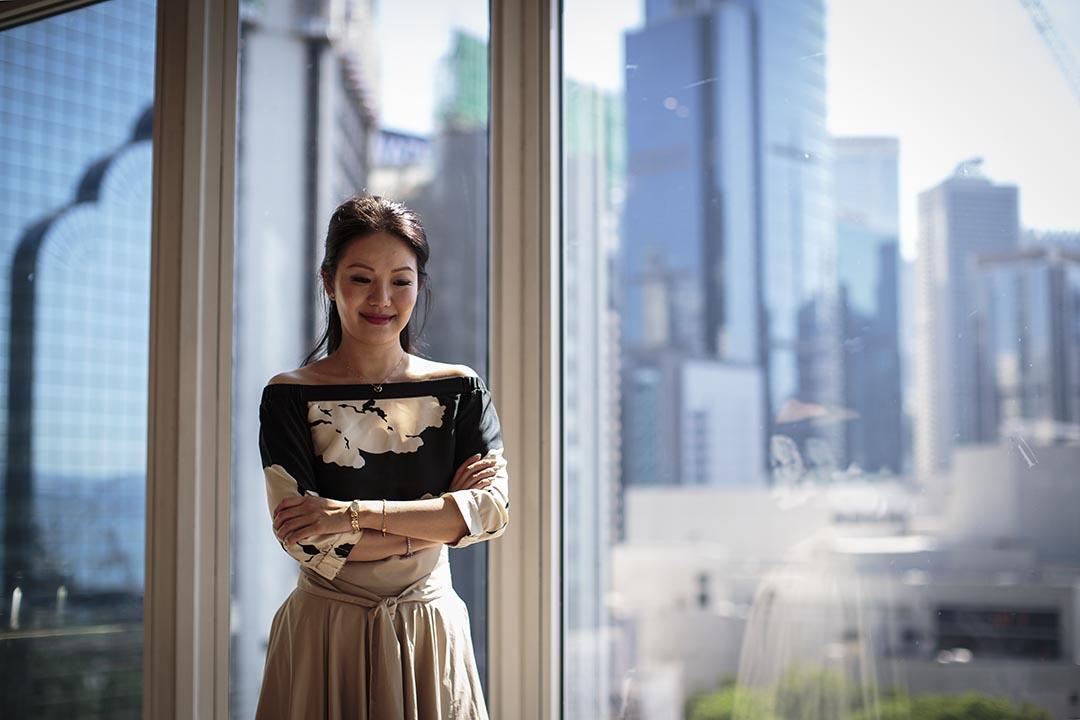 2000年10月,張寶華在人民大會堂內追問江澤民,被惹惱的江澤民斥責她「too simple,sometimes naive」。