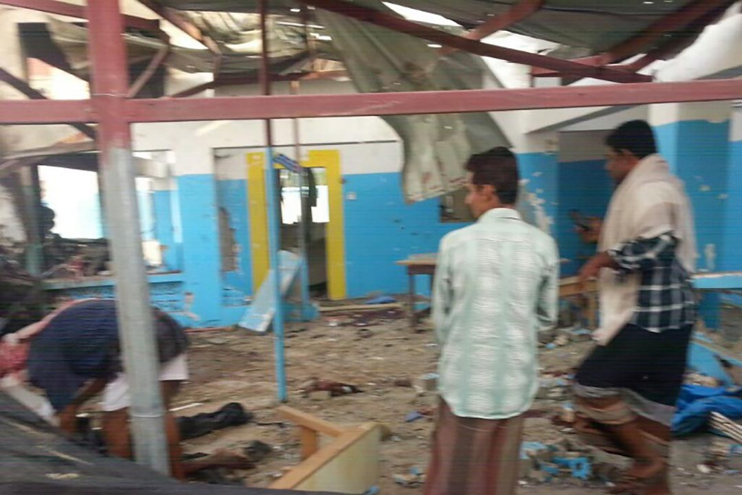 沙特領導的聯軍空襲醫院,造成多人死亡。市民檢查受空襲現場。