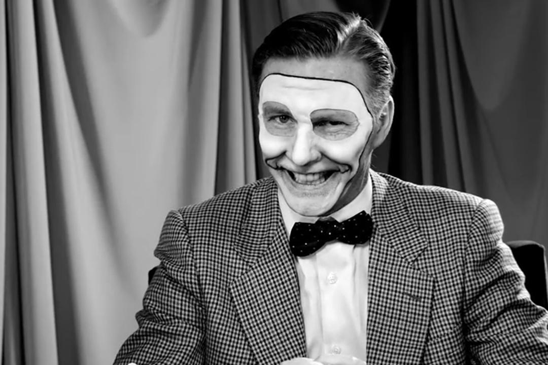 「傑克叔叔」控制了 Wellington Wells 的電視台,每天都會定時提醒居民服用「快樂劑」。