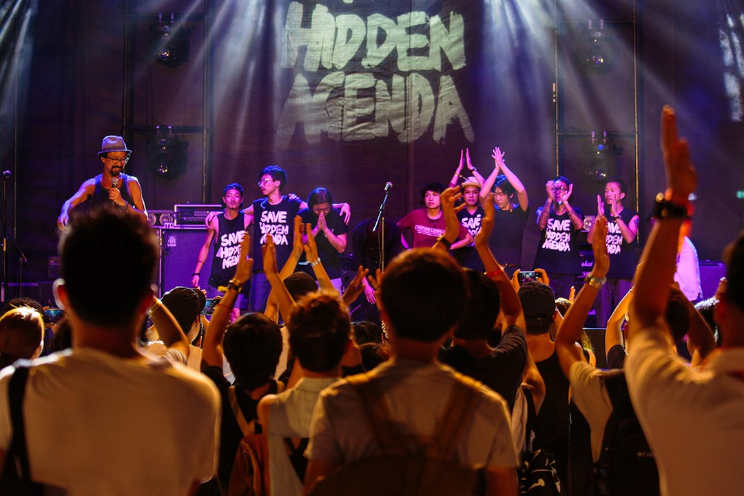 2016年8月13日,樂隊在西九文化區Wow and Flutter活動中穿上印有「Save Hidden Agenda」字樣的短袖衫。阿和 (許仲和) 向在場人士鞠躬,並呼籲大家關注HA存亡。