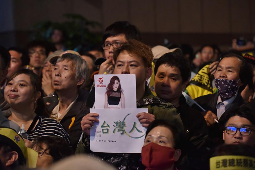 一名支持者拿著周子瑜的照片在民進黨選舉晚會上替她聲援。
