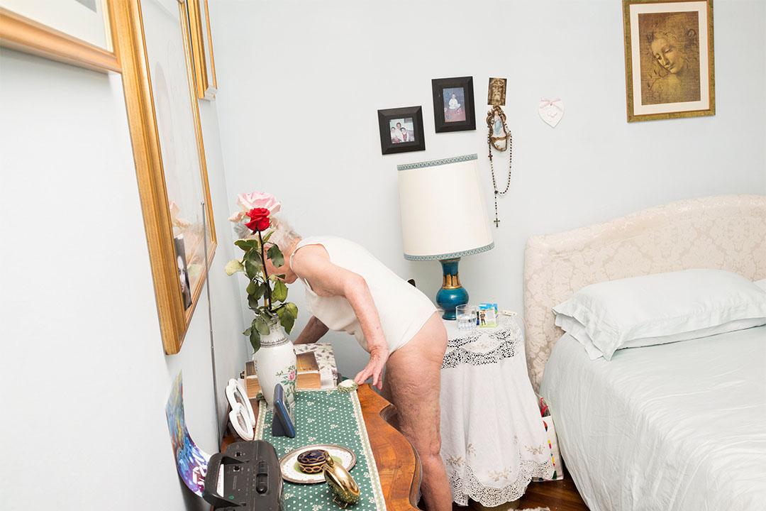 2015年6月7日,意大利科薩托,Marisa Vesco (Nonna) 在她的睡房裡找雜誌。