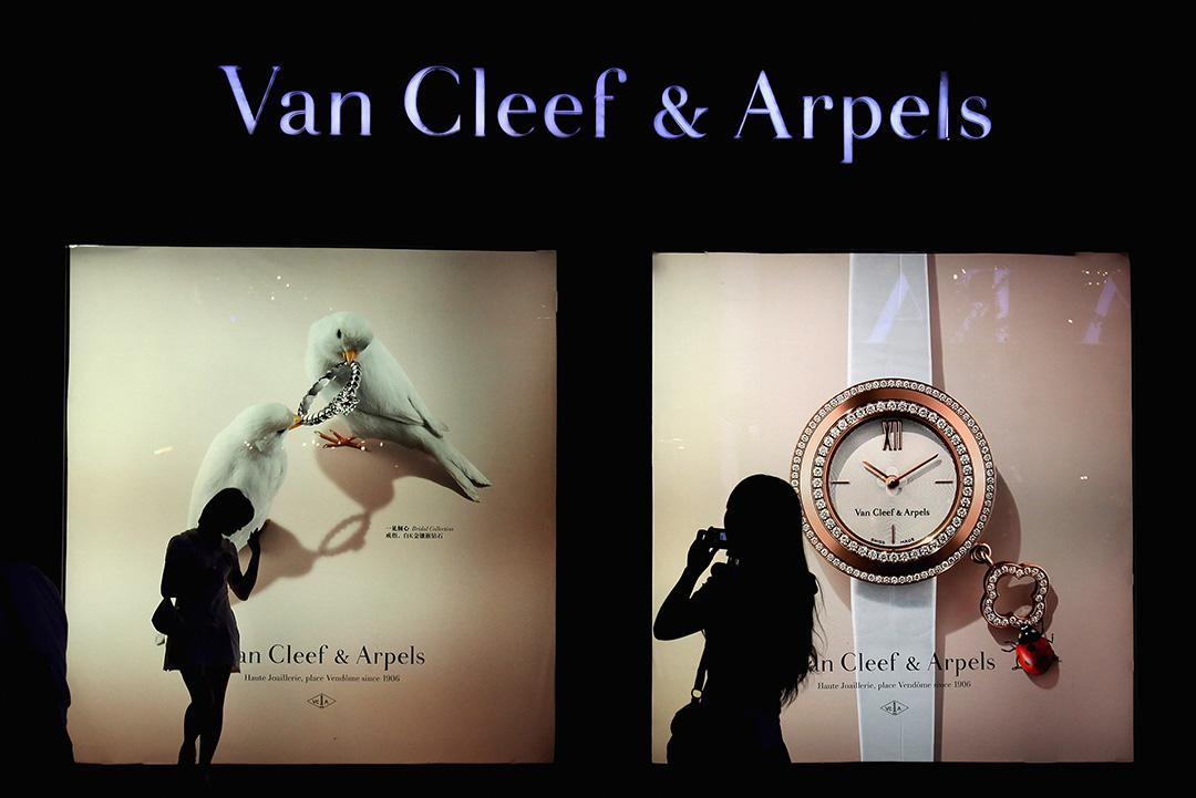 兩名中國女性在北京Van Cleef & Arpels專賣店前拍照。