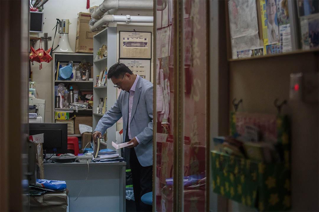 周永勤在位於天水圍天瑞邨的辦事處內整理文件。