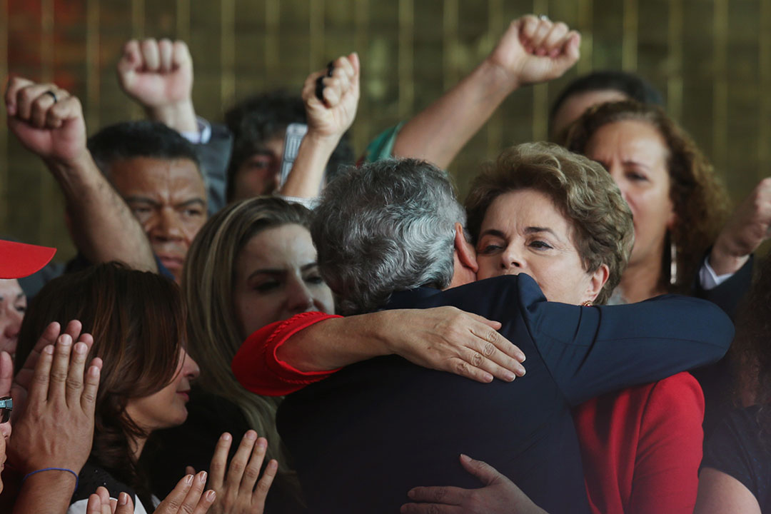 2016年8月31日,巴西巴西利亞,被參議院彈劾正式罷免的前總統羅塞芙,告別發言後與支持者擁抱。