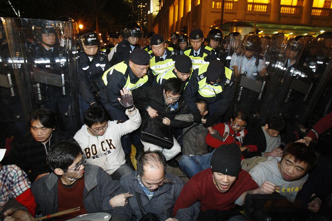 2010年1月16日,中環,反高鐵示威者包圍香港前立法會大樓。