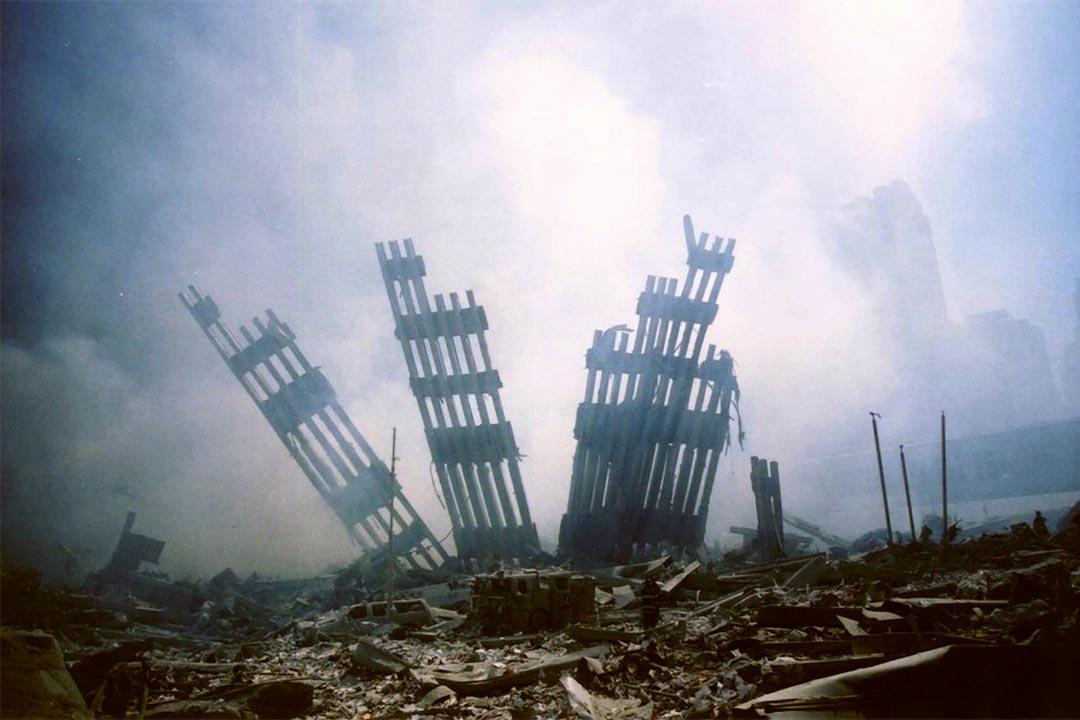2001年9月11日,美國世貿中心遭客機撞擊後崩塌。