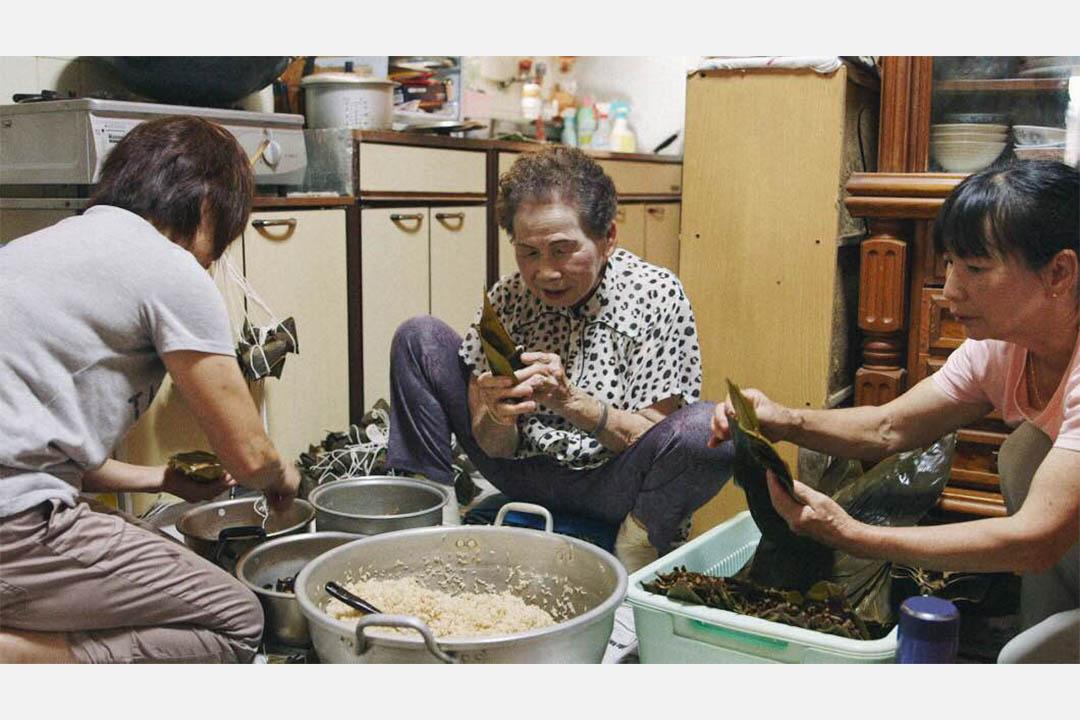 端午節前夕,玉木阿嬤與兩個女兒一起包粽子,話家常。
