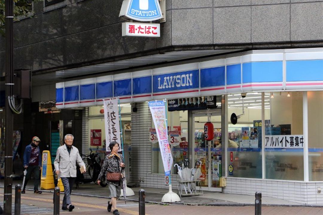 2015年10月17日, 日本東京橫濱,幾個行人走過一家便利店。