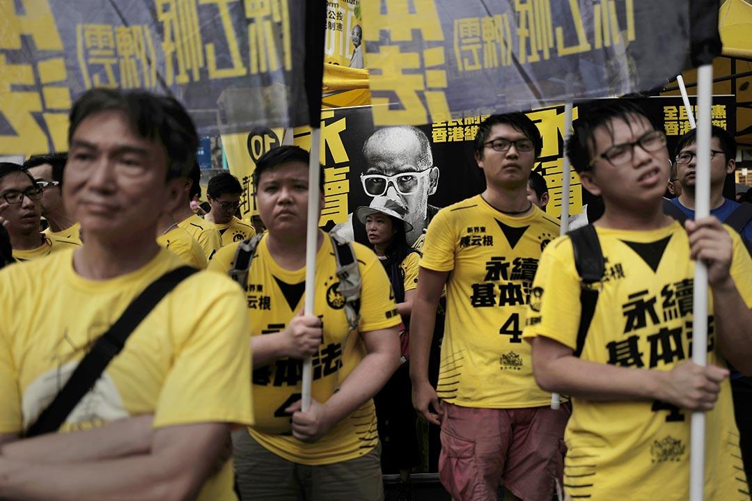 熱血公民支持者拿著宣傳海報及直幡。