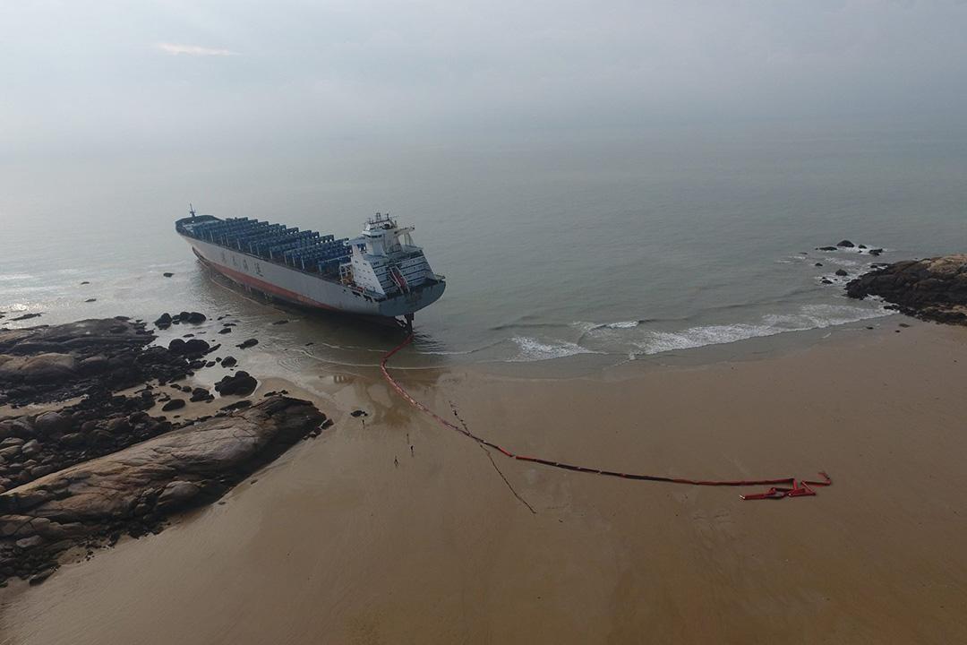 原本停泊在廈門的貨輪「港泰台州」輪被狂風一路吹到金門古崗大垵海域擱淺。