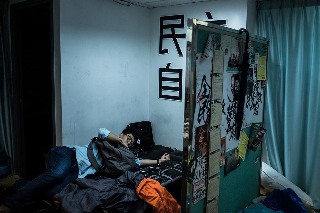2016年8月14日,羅冠聰返回香港眾志總部途後隨即躺在一張梳化床上休息。