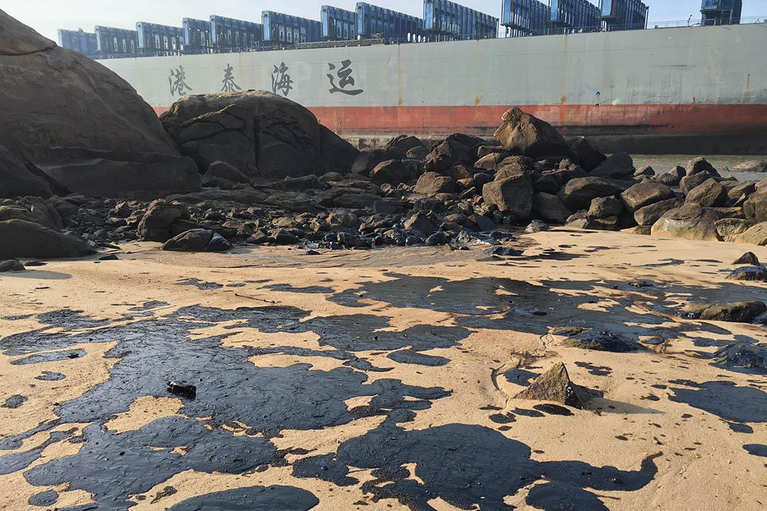 大雨和漲退潮後,油污覆蓋金門海灘。