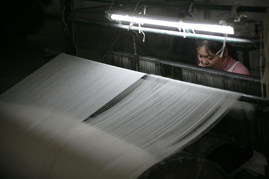 一名女工在重慶一間紡織廠工作。