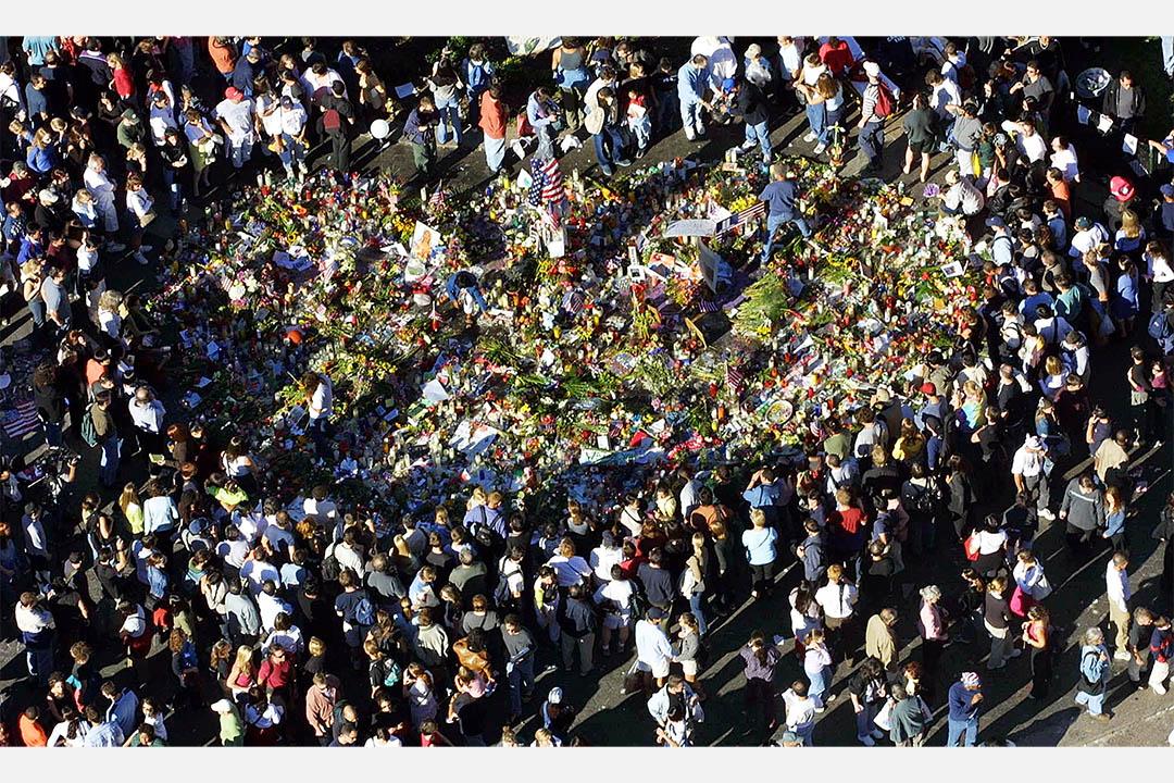 2001年9月15日,數百人在一個儀式中悼念世貿中心的死者。