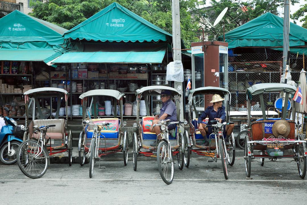 瓦洛洛市場外等待客人的三輪車伕。