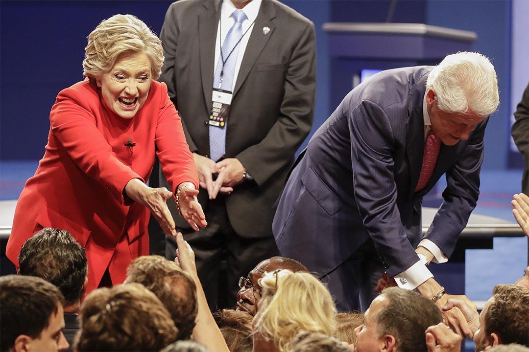 2016年9月26日,民主黨總統候選人希拉莉在電視辯論後跟支持者握手。