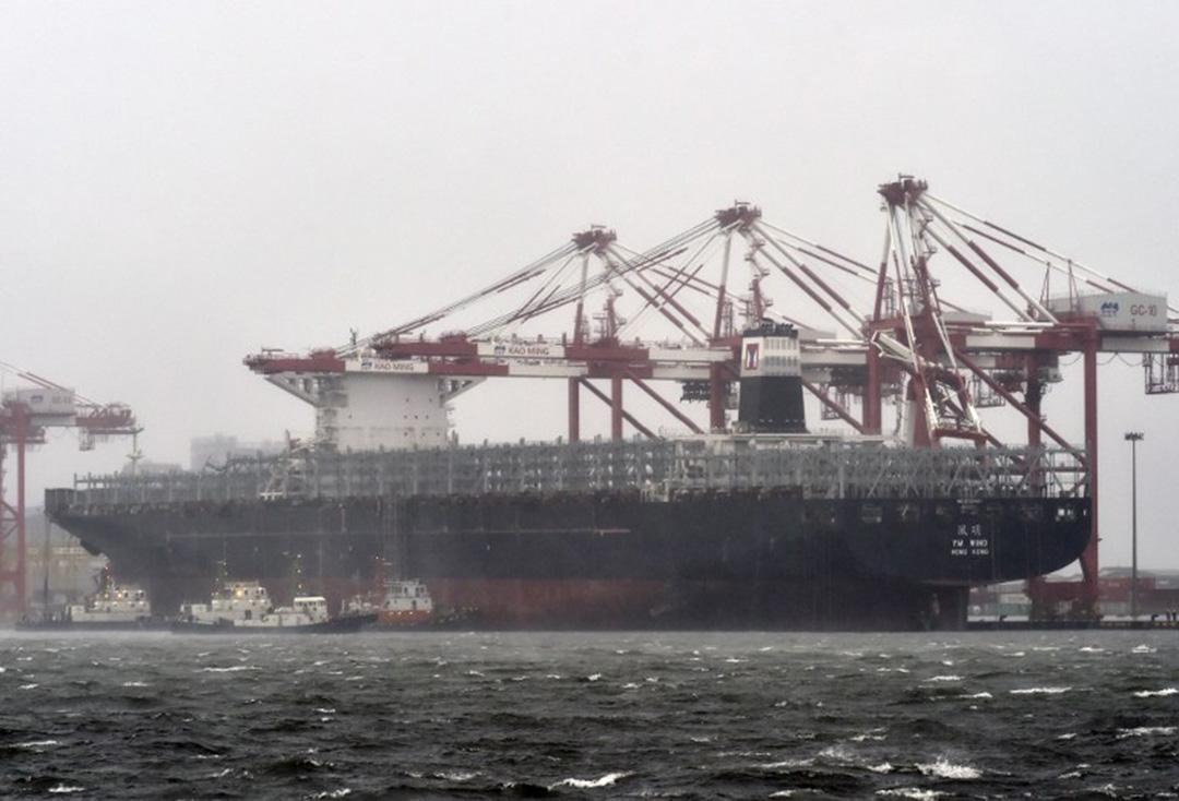 莫蘭蒂颱風14日襲台,造成高雄港貨輪脫纜。
