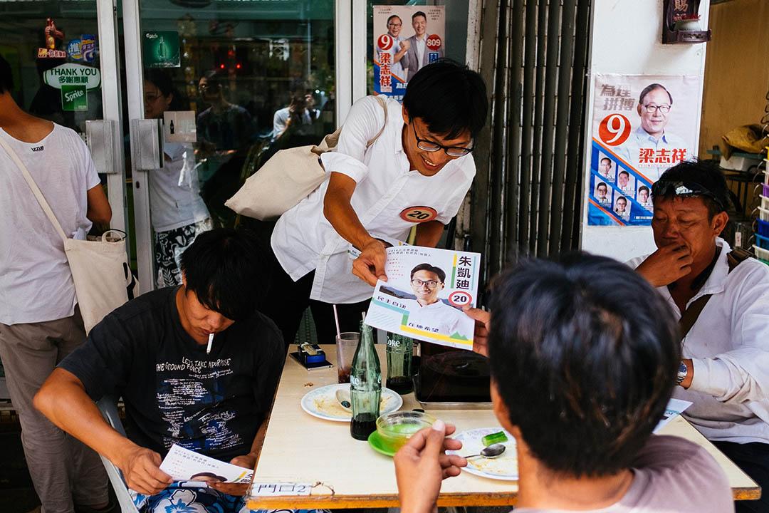 2016年立法會選舉前,新界西區候選人朱凱廸到幾個離島區域拉票。朱凱廸於梅窩一間茶餐廳外派發單張。