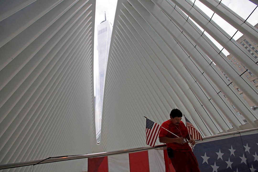 站在觀景台上能透過Oculus屋頂中縫,看見高聳入雲的世貿中心一號大樓(One World Trade Center)。