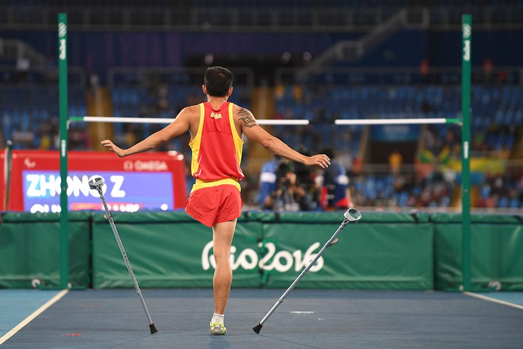 中國選手鍾志強在男子跳高T42級決賽前熱身準備。