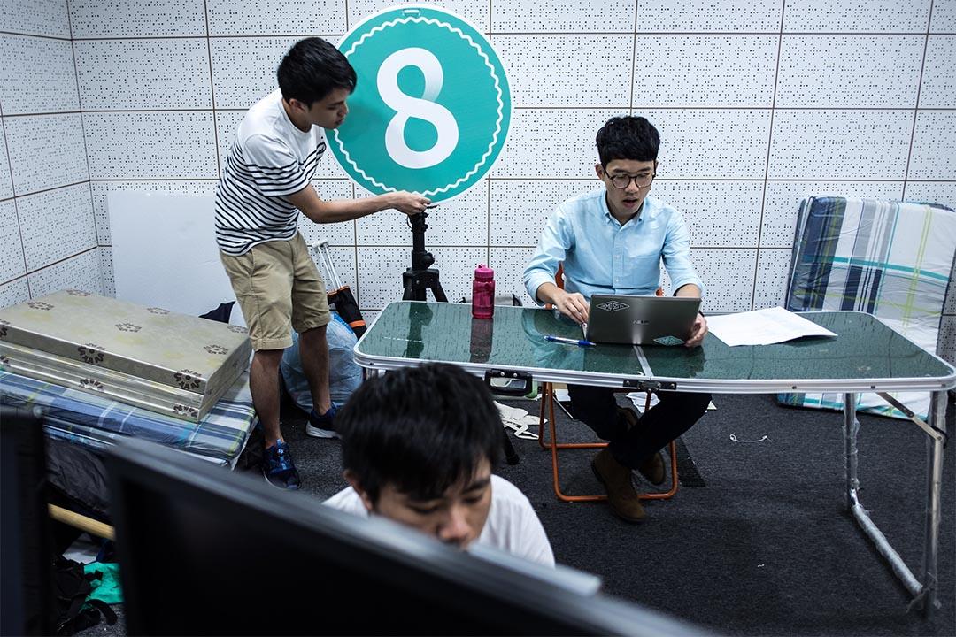 2016年8月14日,羅冠聰就「926闖公民廣場案」判刑前夕,於社交媒體網上直播談自身感受和回應網民提問,成員幫忙準備。