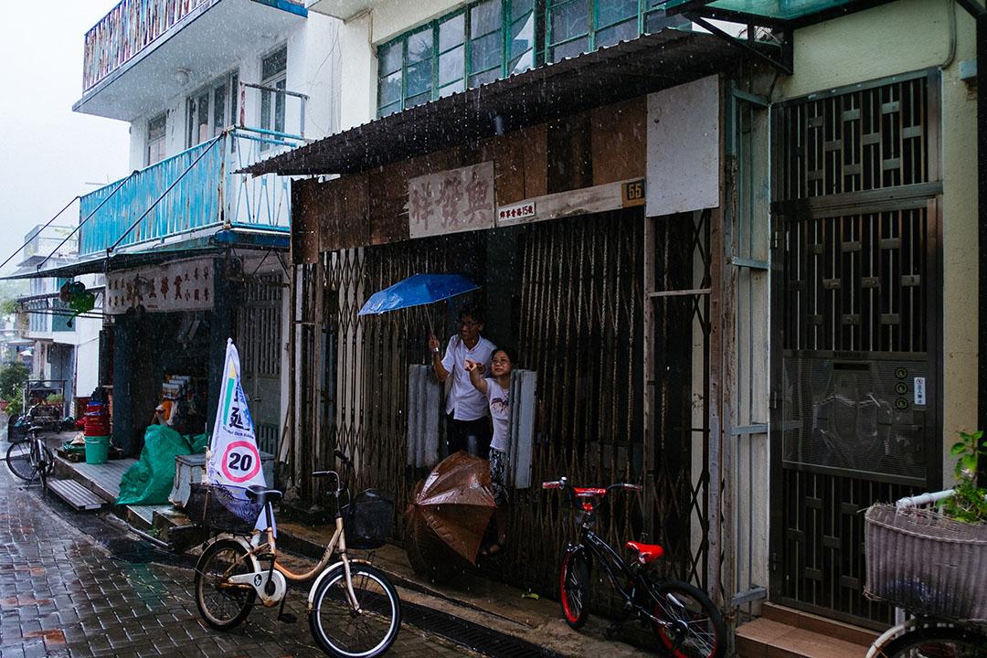 朱凱廸於梅窩拉票遇上暴雨時暫避。