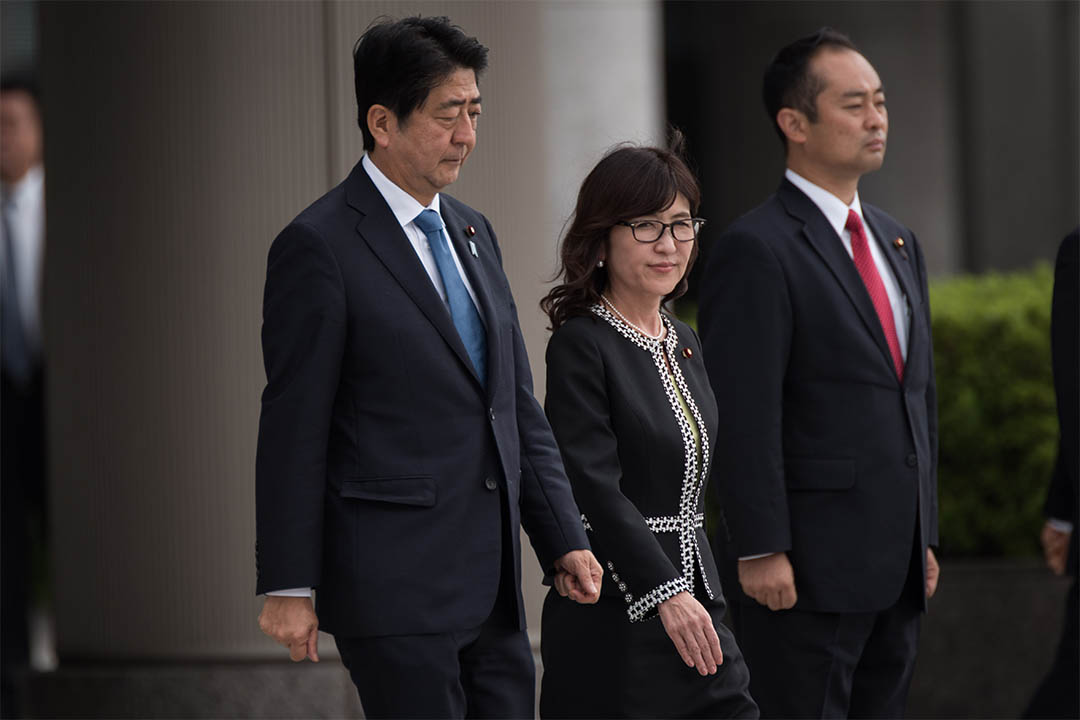 2016年9月12日,日本東京,首相安倍晉三與防衞大臣稻田朋美一同檢閲國防部儀仗隊。