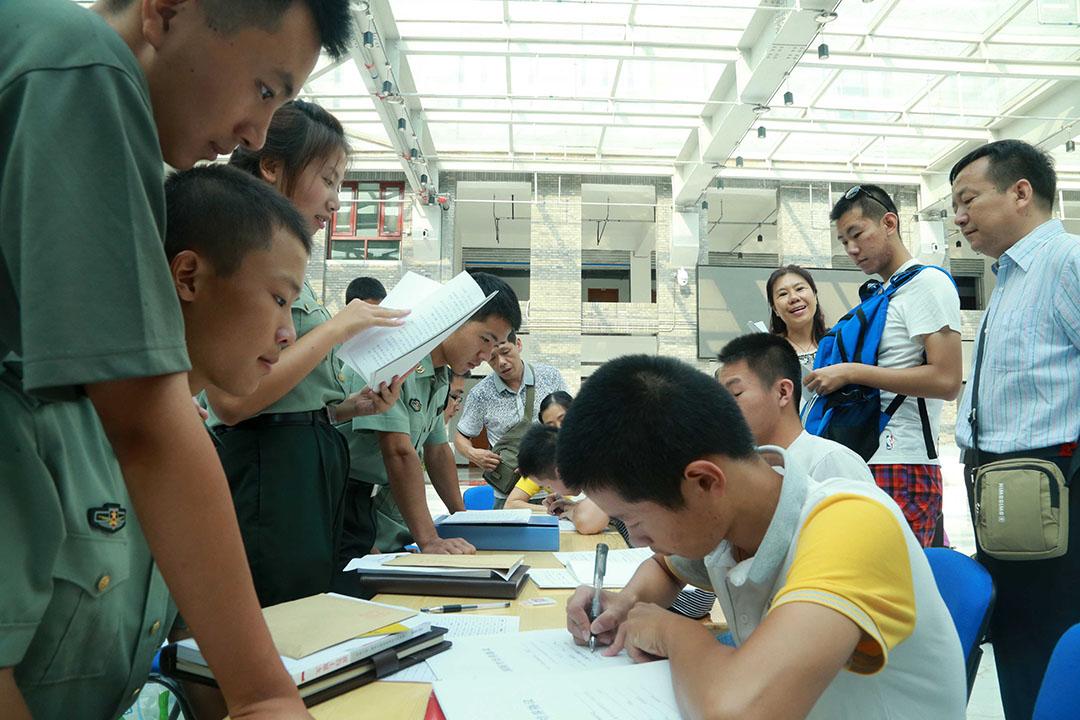北京大學國防生報到,新國防生進行填表。