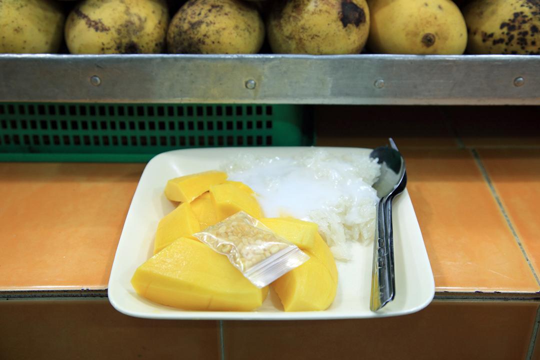 中午吃的芒果糯米飯。