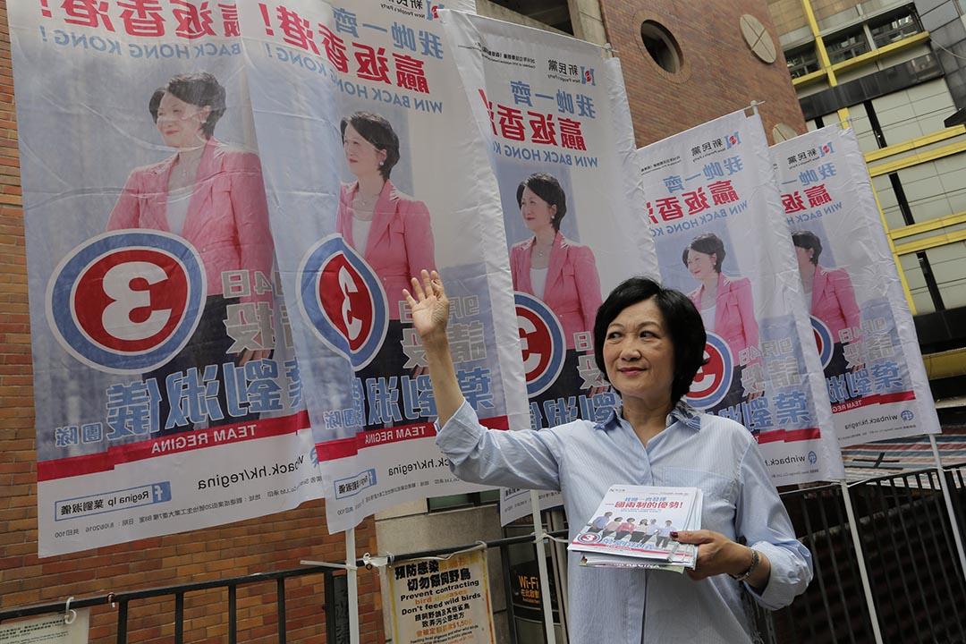 立法會選舉新民黨參選人在街上派發宣傳單張。