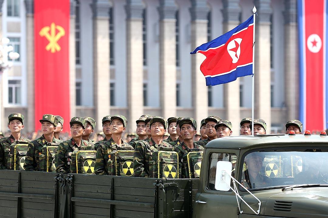 中國調查與核計劃有關的北韓銀行。圖為2013年7月27日, 北韓的韓戰紀念巡遊上,士兵乘著貼有核標誌的軍車。