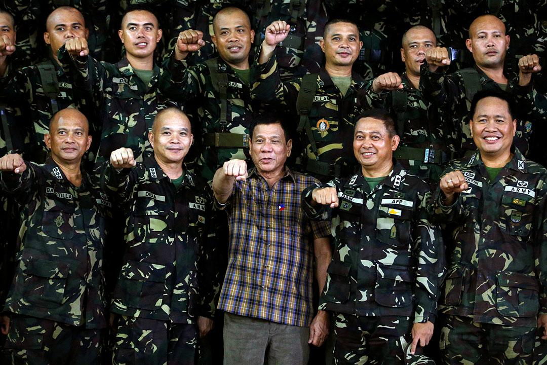 菲律賓總統杜特地在軍營與軍人合照。