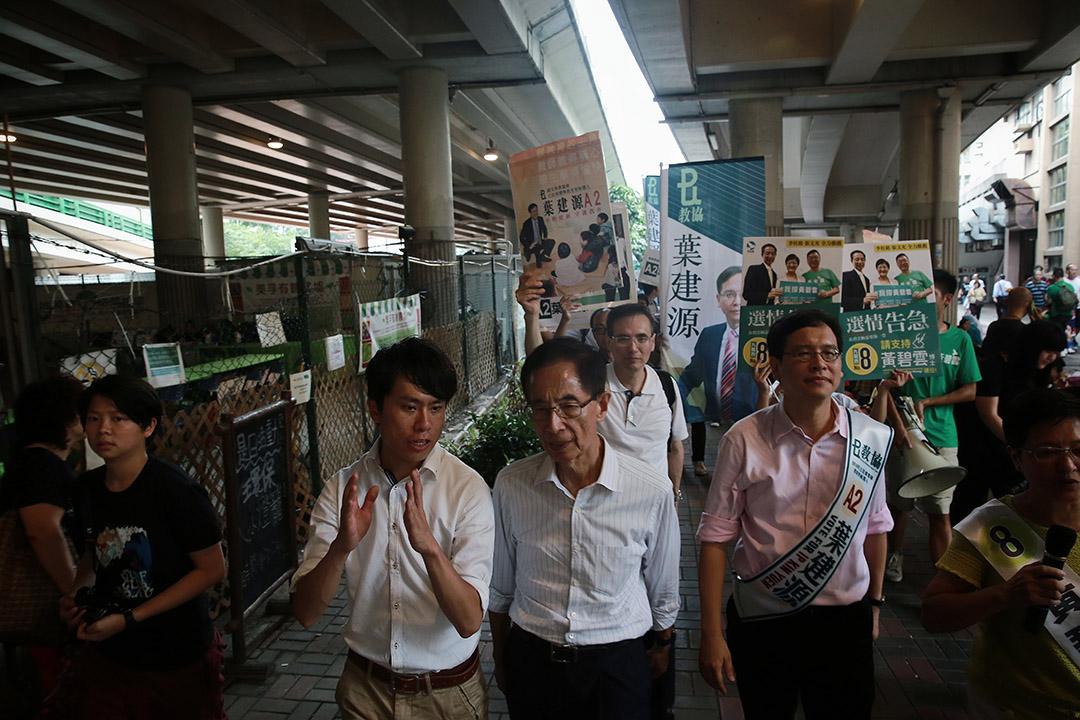 超級區議會候選人民主黨鄺俊宇與李柱銘及謝志峰等人在美孚拉票。
