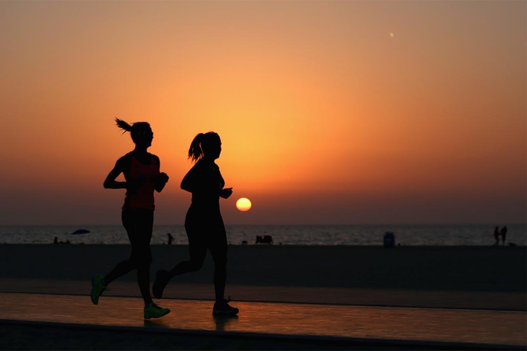 2015年9月4日,杜拜,兩個人在沙灘旁緩步跑。