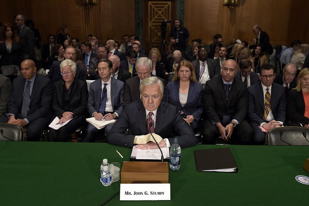 2016年年9月20日,富國銀行首席執行官John Stumpf為因賬戶造假事件,出席美國參議院聽證會。