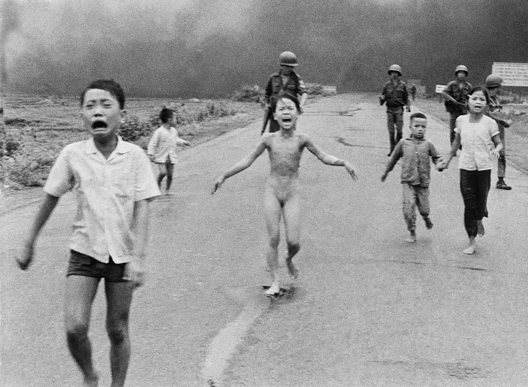 美聯社攝影記者黃功吾(Nick Ut)在1972年6月8日越南拍下了這張照片。照片中央的女孩被遭空中凝固汽油弹炸傷,她赤裸身體、表情痛苦地大叫。