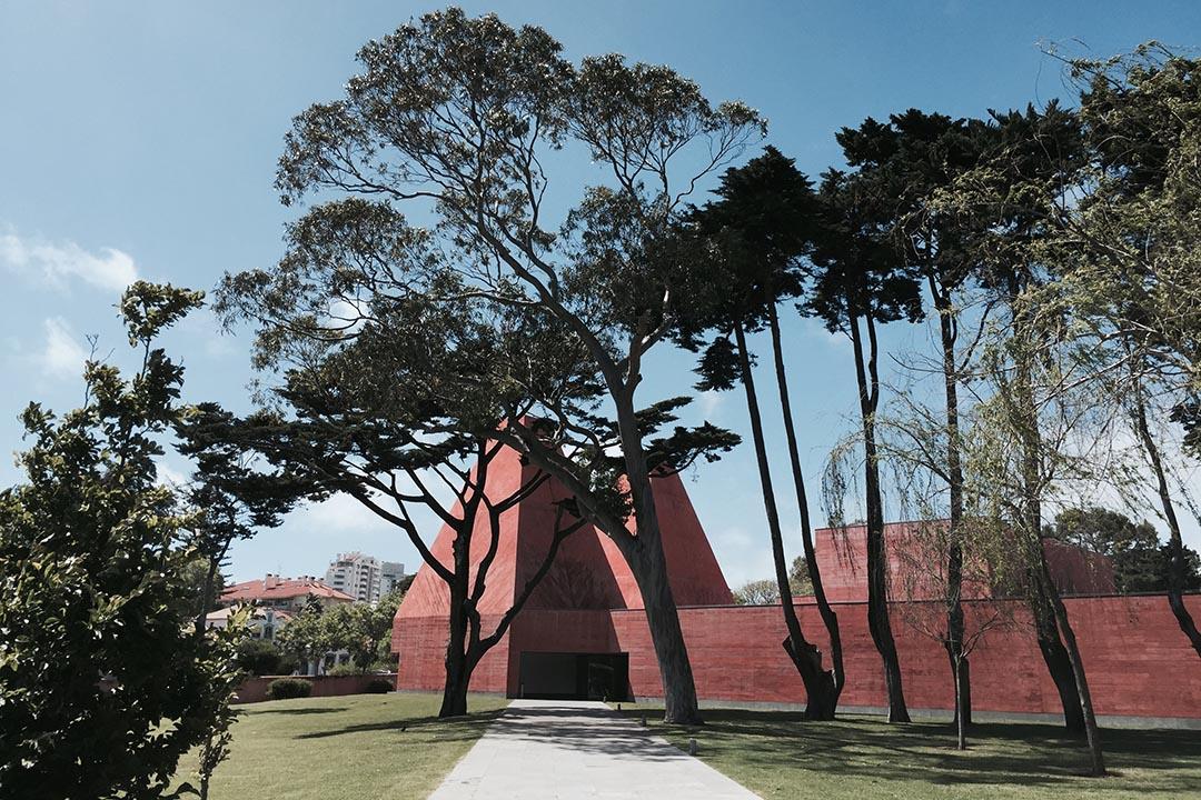 距離里斯本約一小時車程,可以前來Cascais,為葡籍女藝術家Paula Rego建設的Casa das Histórias Paula Rego,由建築師Eduardo Souto de Moura操刀,建築物沿用了當地傳統建築特色,加入現代簡約元素,兩座三角形的紅色展廳塔,溫暖有力,與四周環境配搭合宜。
