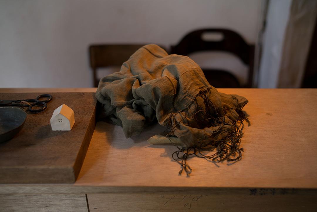 鐵鏽染絲棉披巾。