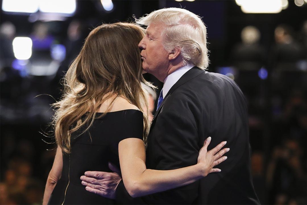 2016年9月26日,共和黨總統候選人特朗普在電視辯論後親吻妻子。