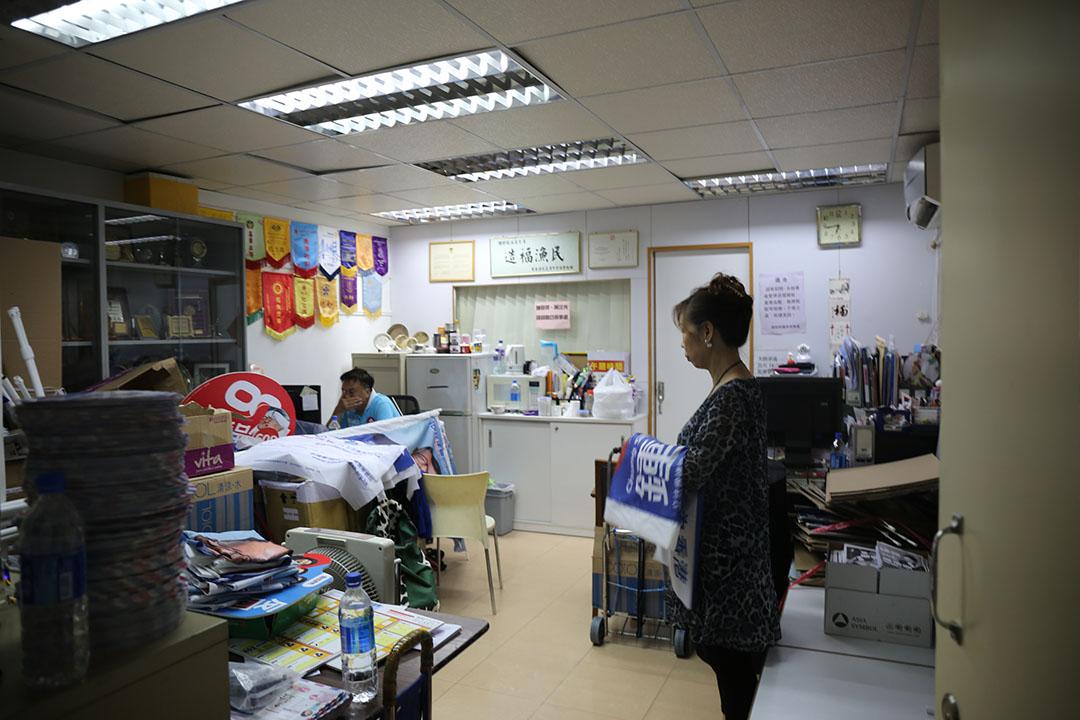 鍾樹根及太太在柴灣漁灣邨議員辦事處中。