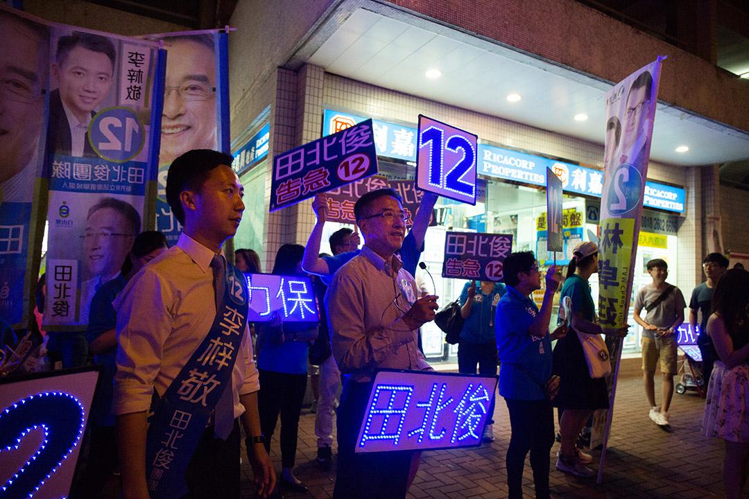 自由黨田北俊與李梓敬在沙田第一城投票所外拉票。