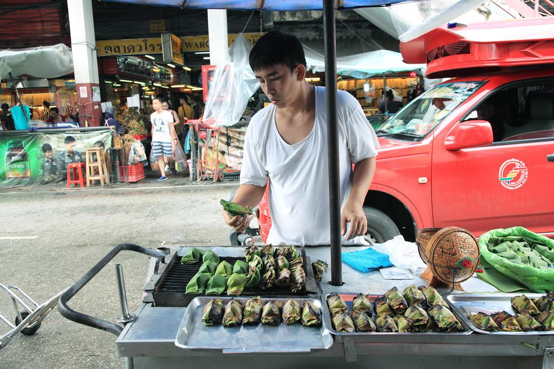 早晨路旁燒烤芭蕉葉糯米的小吃。