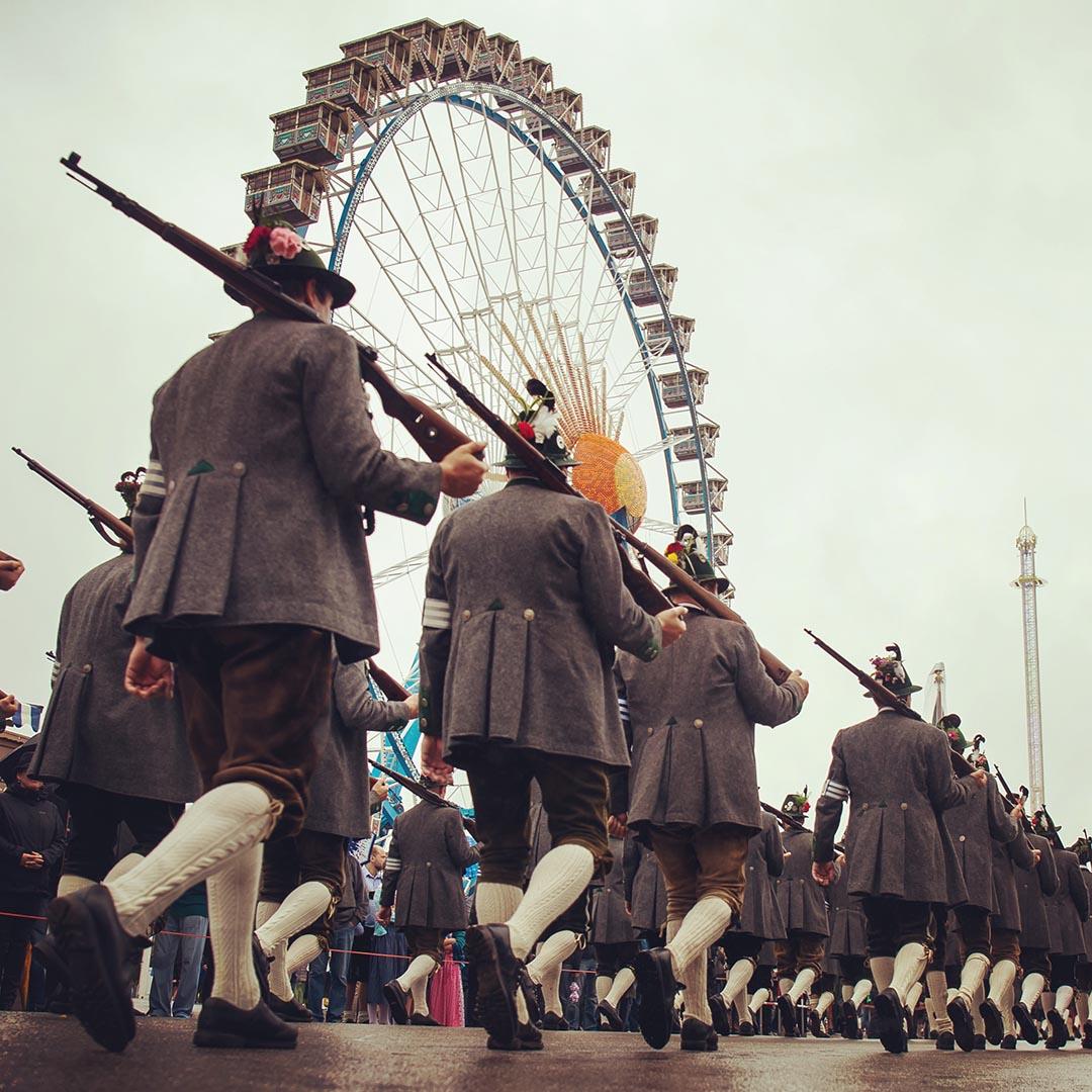 巴伐利亞樂隊和步兵協會的成員在啤酒節的第2天,參加一年一度的步槍兵的遊行。