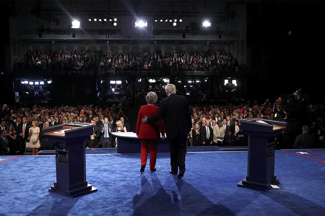 2016年9月26日,电视辩论完结后,总统候选人希拉莉和杜林普一同走向前。