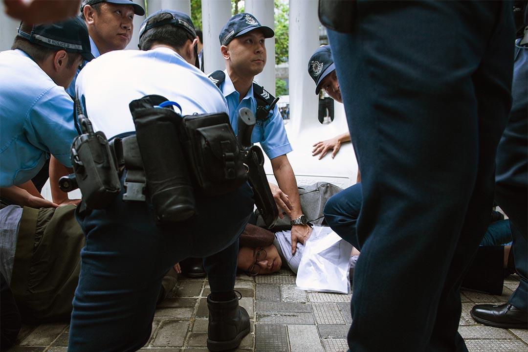 2016年5月17日,香港眾志在人大委員長張德江訪港期間示威,羅冠聰被警察制服。