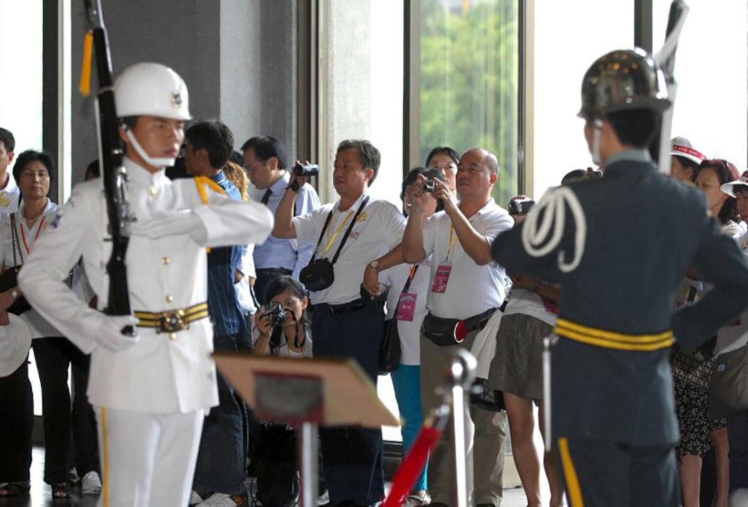 陸客在國父紀念館裡拍照。