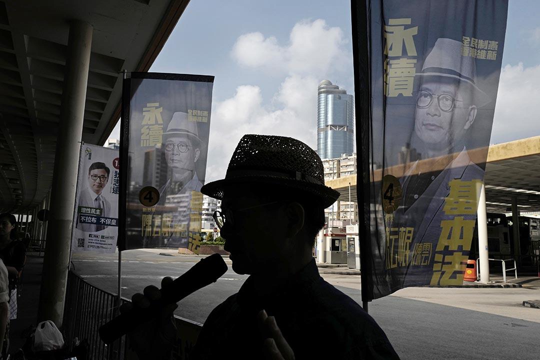 一位立法會選舉參選人在街頭演講。